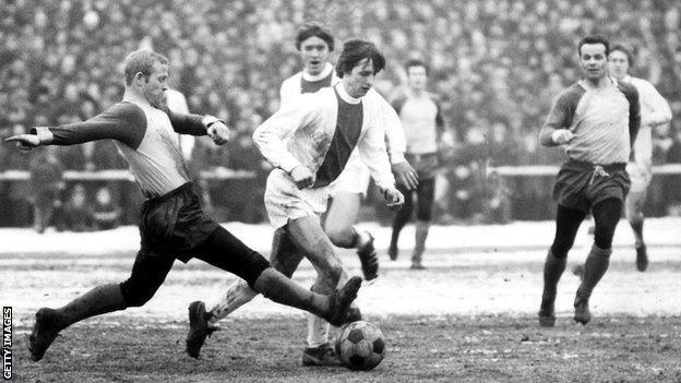 Johan Cruyff (centre)