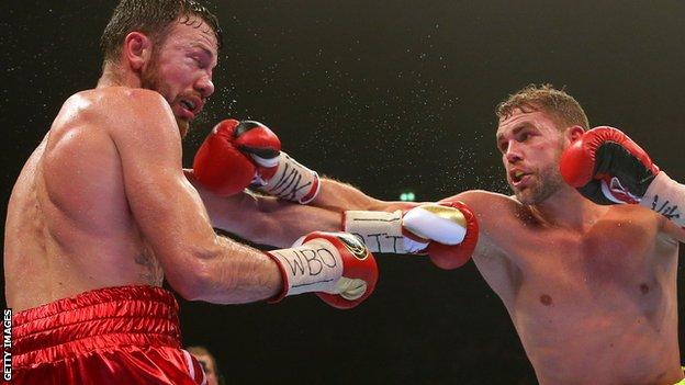 Saunders (right) secured a majority decision to take the title from Lee