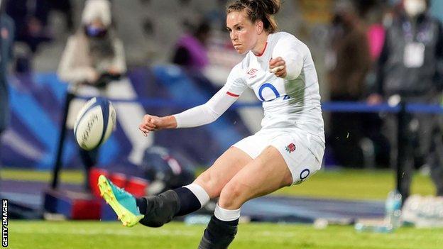 Emily Scarratt kicks the ball