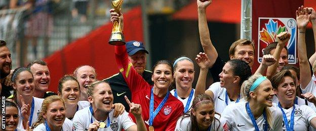 Hope Solo (central)