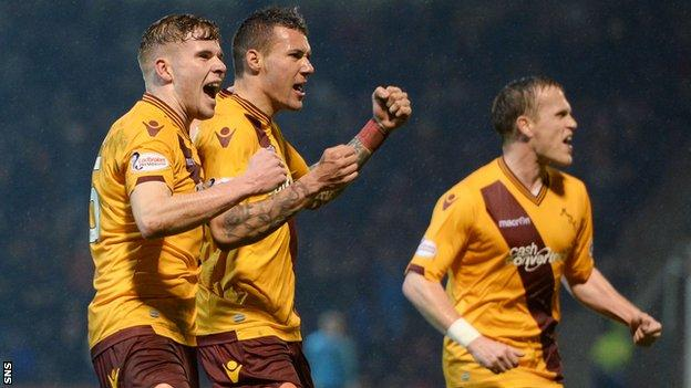 Motherwell players celebrate Marvin Johnson's equaliser against Dundee United