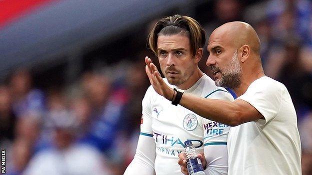 El técnico del Manchester City, Pep Guardiola, habla con Jack Grealish cuando sale del banco
