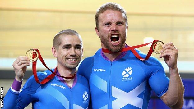 Neil Fachie (left) and Craig MacLean pose with their gold medals at Glasgow 2014