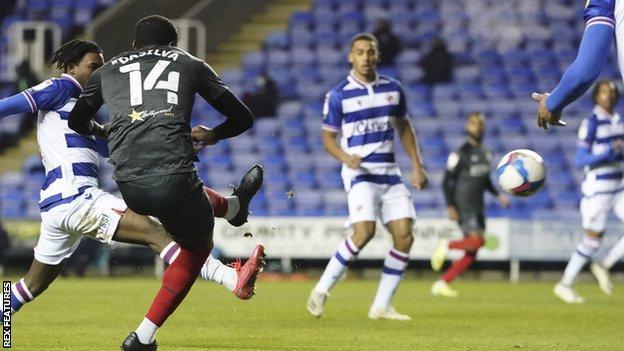 Josh Dasilva, Brentford için gol atıyor