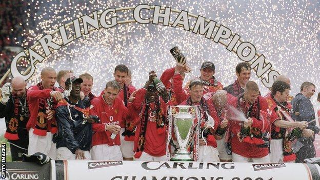 Manchester United celebrating with the Premier League trophy in 2001
