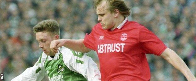 Hibernian's Willie Miller battles Aberdeen's Mixu Paatelainen