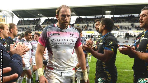 Alun Wyn Jones is applauded off the field by Clermont Auvergne players
