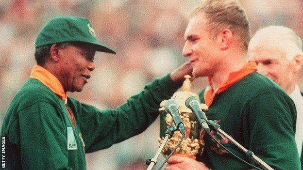 Nelson Mandela presents the Webb Ellis Cup to South Africa captain Francois Pienaar in 1995