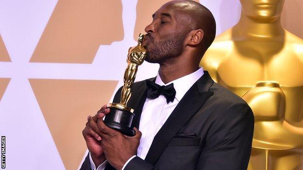 Kobe Bryant kisses his Oscar