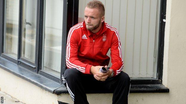 Ryan McLaughlin in Aberdeen training kit at Firhill