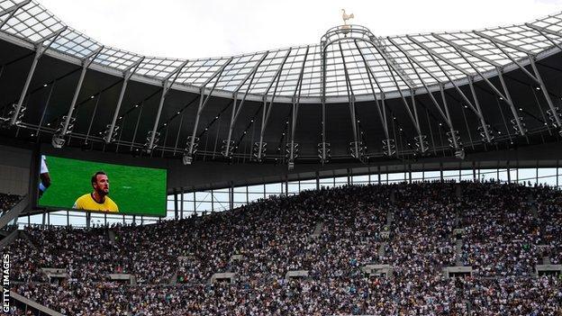 Una foto de Harry Kane se mostró en la pantalla antes del juego