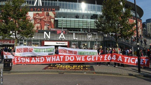 Arsenal and Manchester United fans united in protest on 4 October