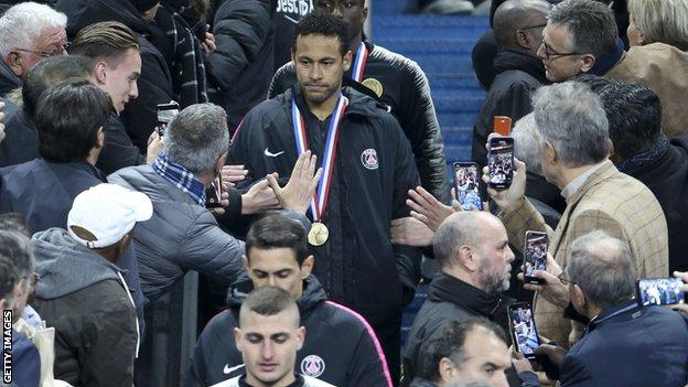 Neymar collects finalists' medal, Coupe de France