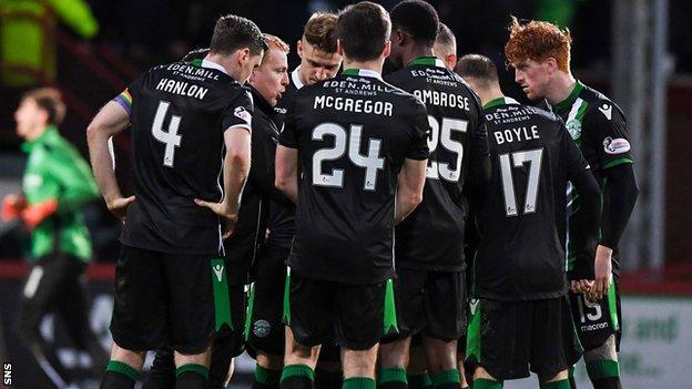 Neil Lennon speaks to his Hibs players