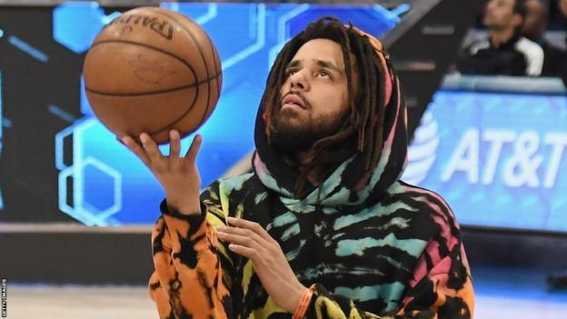 J Cole dengan basket