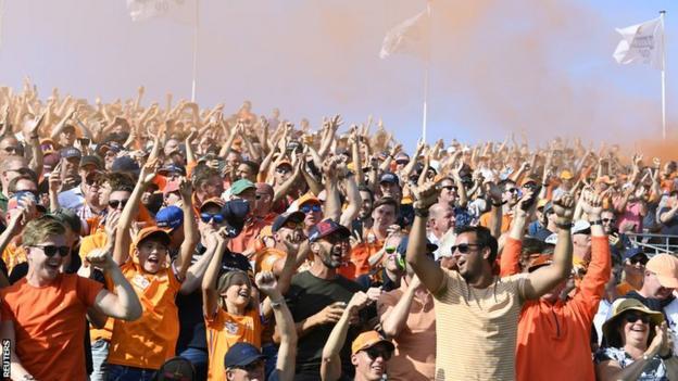 Dutch fans do a Mexican wave