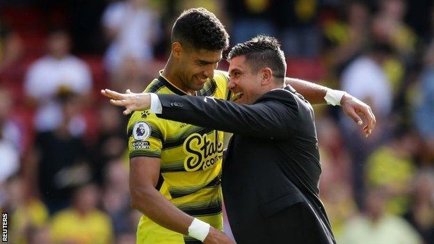 Le manager de Watford Xisco Munoz et le joueur Adam Masina célèbrent leur victoire sur Aston Villa