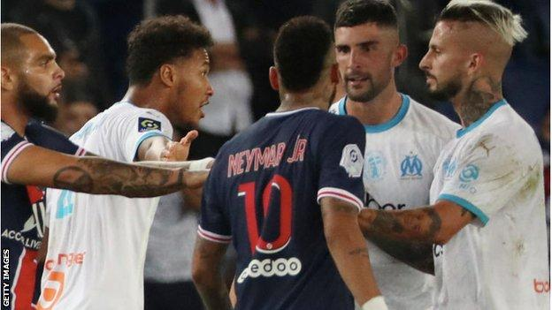 Neymar argues with Alvaro Gonzalez and other Marseille players