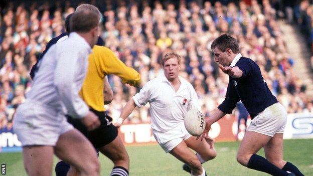 Scotland hosted England in the 1990 Calcutta Cup with both teams going for a Grand Slam