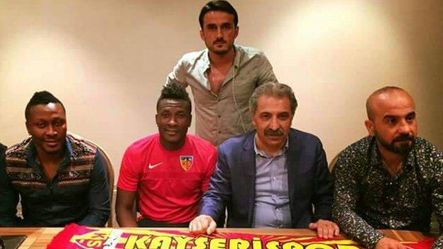 Ghana's Asamoah Gyan (second from left) signing his contract with Kayserispor