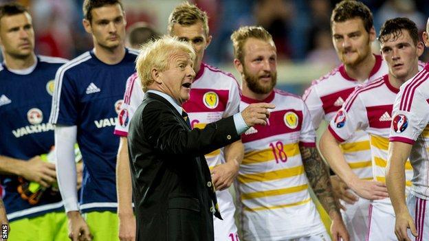 Gordon Strachan speaks to his Scotland players