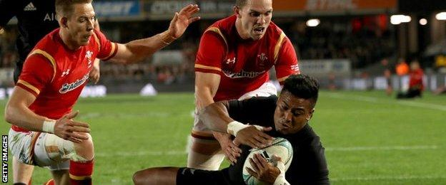 Julian Savea scores the for All Blacks against Wales