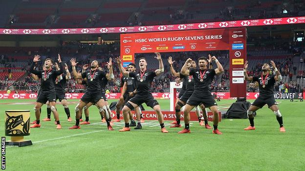 New Zealand men celebrate victory in Sydney with a haka