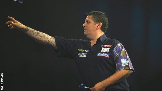 Gary Anderson won in straight sets against Andy Boulton