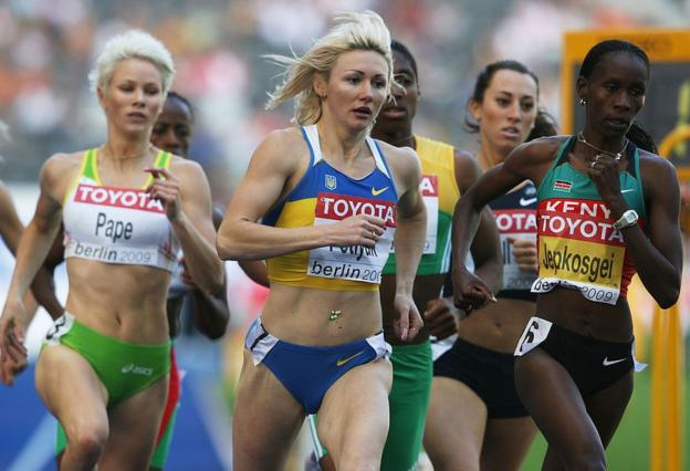 "Snapshot from the 2009 World Championships 800m showing Madeleine Pape on the left and Caster Semenya ""sandwiched"" between two runners."