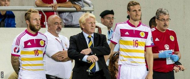 Gordon Strachan, flanked by Johnny Russell and Darren Fletcher