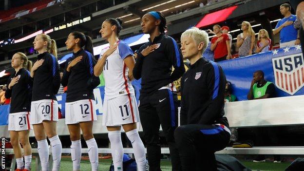 Megan Rapinoe ABD milli marşı için diz çöküyor
