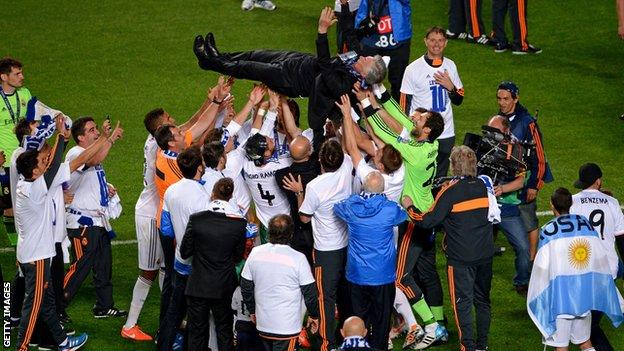 Carlo Ancelotti is held aloft by his Real Madrid players after winning the 2014 Champions League