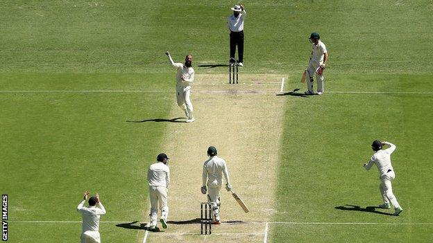 Moeen Ali traps Usman Khawaja lbw second ball in Australia's first innings at the Gabba