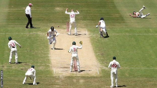 Australia-bowler Josh Hazlewood (til høyre) India-slagmann Hanuma Vihari forlater på den tredje dagen i den tredje testen