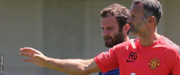 Ryan Giggs talks to Juan Mata in training