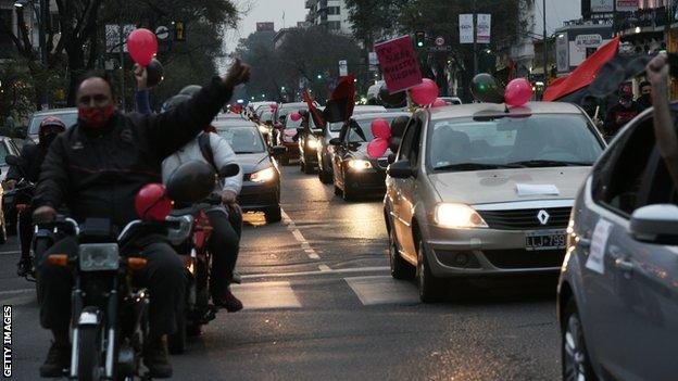 Newell's Old Boys fans demonstrate in Rosario