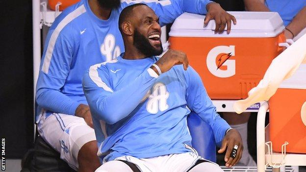 Los Angeles Lakers'ın yıldızı LeBron James, Noel Günü'nde Dallas Mavericks'e karşı kazandığı zaferde yedek kulübesinde gülüyor