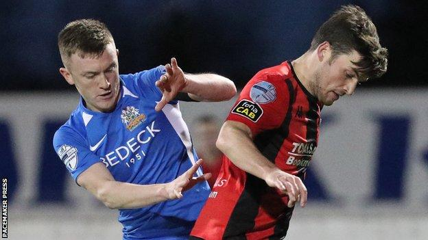 Glenavon and Crusaders played out an entertaining 2-2 draw at Mourneview Park