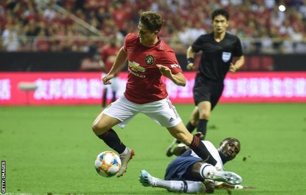 Daniel James skips past Moussa Sissoko