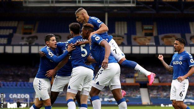 Everton players celebrate Michael Keane's goal