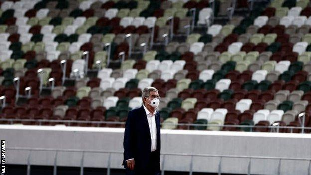 Thomas Bach en el estadio olímpico