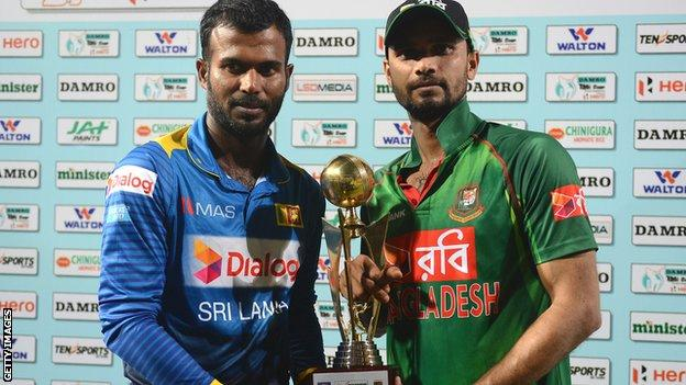 Sri Lanka captain Upul Tharanga and Bangladesh skipper Mashrafe Mortaza with the Twenty20 series trophy