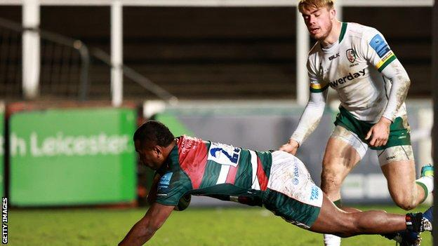 Leicester's Kini Murimurivalu scores a try