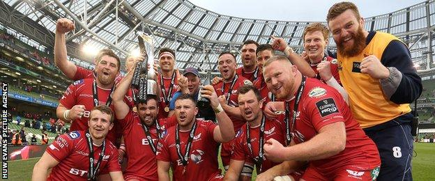 Scarlets celebrate winning the Pro12 title in May 2017