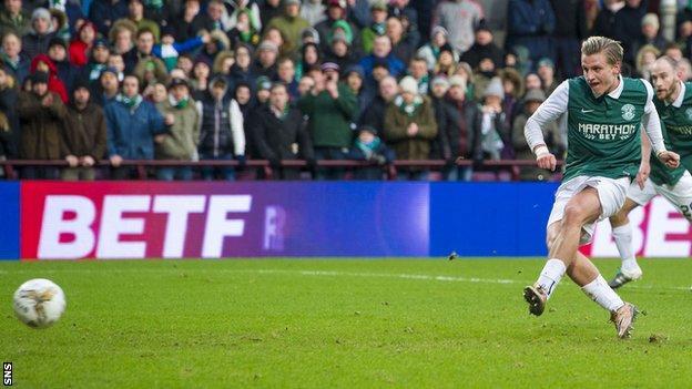 Jason Cummings scoring a penalty for Hibernian