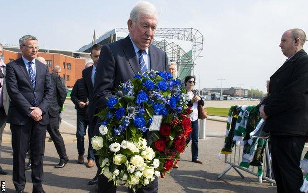 Rangers' John Greig lays a wreath in memorial to Celtic's Billy McNeill