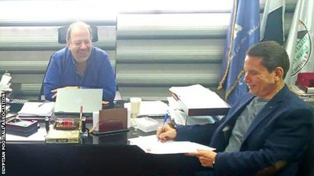 Eez Eldin Bahder (right) signs his contract