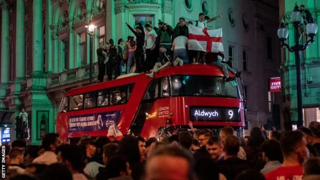 I fan festeggiano a Londra dopo che l'Inghilterra ha raggiunto la finale di Euro 2020