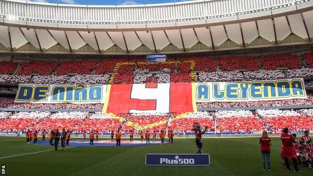 A banner that reads 'from a kid to a legend' in Spanish in tribute to Fernando Torres