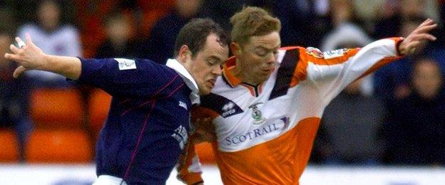 Steven Ferguson tussles for the ball with David Bagan
